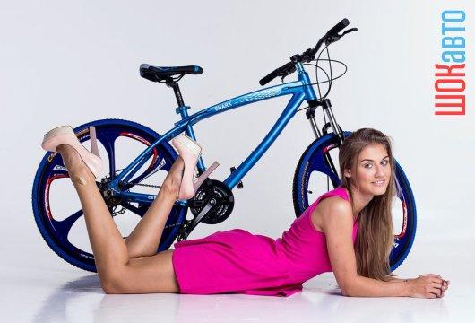 Стильный шоссейный велосипед BMW X1 на литых дисках